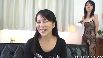 Japanese hottie wets her cunt